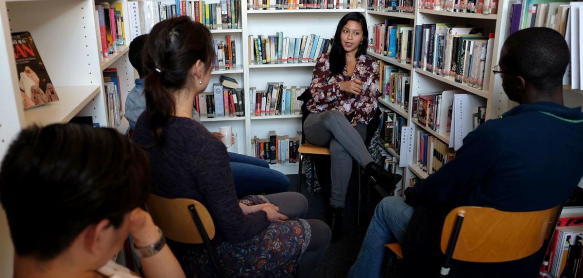 Gespräch in einer Bibliothek